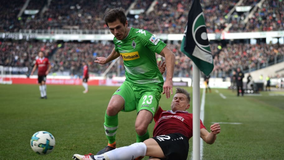 HANOVER, GERMANY - FEBRUARY 24: Jonas Hofmann (L) of Moenchengladbach and Matthias Ostrzolek of Hannover fight for the ball during the Bundesliga match between Hannover 96 and Borussia Moenchengladbach at HDI-Arena on February 24, 2018 in Hanover, Germany. (Photo by Thomas Starke/Bongarts/Getty Images)
