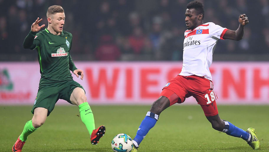 BREMEN, GERMANY - FEBRUARY 24: Florian Kainz of Bremen (l) challenges Bakery Jatta of Hamburg during the Bundesliga match between SV Werder Bremen and Hamburger SV at Weserstadion on February 24, 2018 in Bremen, Germany. (Photo by Lukas Schulze/Bongarts/Getty Images)