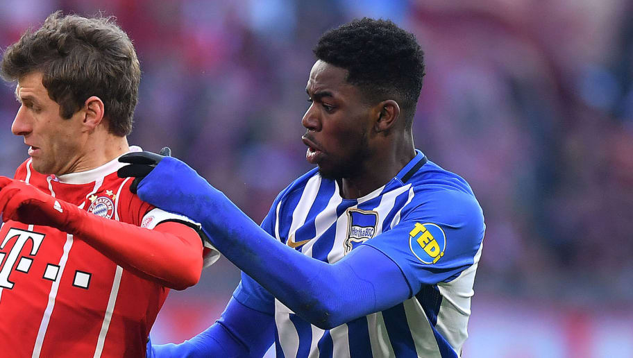 MUNICH, GERMANY - FEBRUARY 24: Thomas Mueller of Bayern Muenchen (l) fights for the ball with Jordan Torunarigha of Berlin during the Bundesliga match between FC Bayern Muenchen and Hertha BSC at Allianz Arena on February 24, 2018 in Munich, Germany. (Photo by Sebastian Widmann/Bongarts/Getty Images)