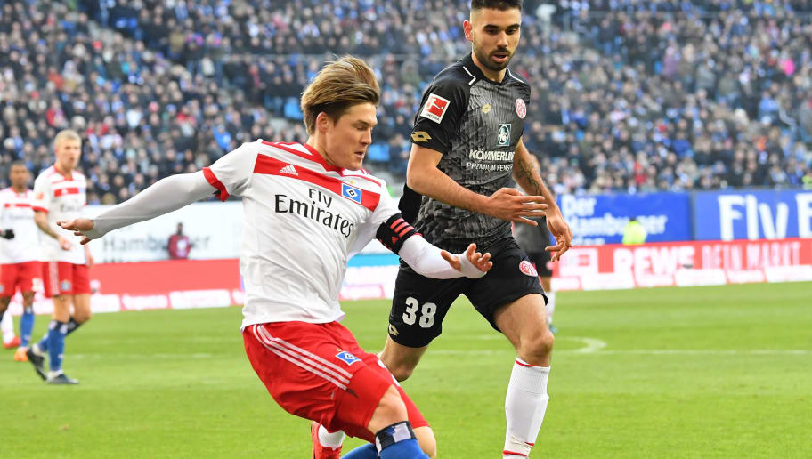 HAMBURG, GERMANY - MARCH 03:  Gotoku Sakai of Hamburg is challenged by Gerrit Holtmann of Mainz during the Bundesliga match between Hamburger SV and 1. FSV Mainz 05 at Volksparkstadion on March 3, 2018 in Hamburg, Germany.  (Photo by Stuart Franklin/Bongarts/Getty Images)