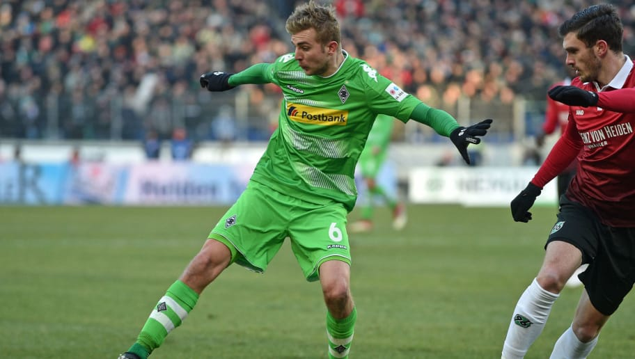 HANOVER, GERMANY - FEBRUARY 24: Christoph Kramer (L) of Moenchengladbach and Josip Elez of Hannover fighht for the ball during the Bundesliga match between Hannover 96 and Borussia Moenchengladbach at HDI-Arena on February 24, 2018 in Hanover, Germany. (Photo by Thomas Starke/Bongarts/Getty Images)