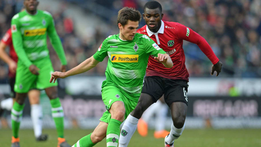 HANOVER, GERMANY - FEBRUARY 24: Jonas Hofmann (L) of Moenchengladbach and Ihlas Bebou of Hannover fight for the ball during the Bundesliga match between Hannover 96 and Borussia Moenchengladbach at HDI-Arena on February 24, 2018 in Hanover, Germany. (Photo by Thomas Starke/Bongarts/Getty Images)