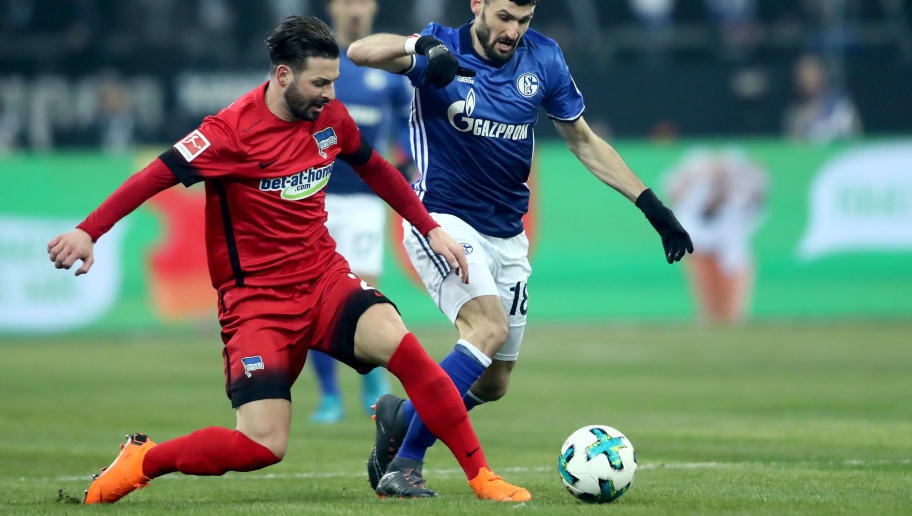GELSENKIRCHEN, GERMANY - MARCH 03:  Daniel Caligiuri of Schalke (R) challenges Marvin Plattenhardt of Berlin (L) during the Bundesliga match between FC Schalke 04 and Hertha BSC at Veltins-Arena on March 3, 2018 in Gelsenkirchen, Germany. (Photo by Christof Koepsel/Bongarts/Getty Images)