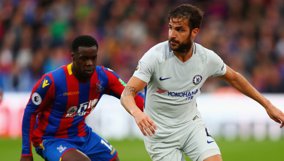 LONDON, ENGLAND - OCTOBER 14:  Jeffrey Schlupp of Crystal Palace chases down Cesc Fabregas of Chelsea during the Premier League match between Crystal Palace and Chelsea at Selhurst Park on October 14, 2017 in London, England.  (Photo by Clive Rose/Getty Images)