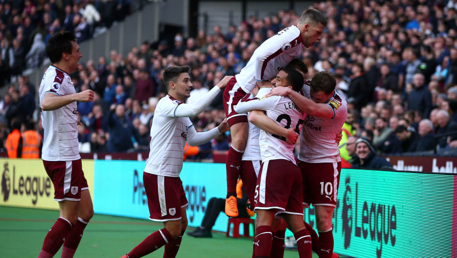 LONDON, ENGLAND - MARCH 10:  Chris Wood of Burnley celebrates scoring his side's second goal with team mates during the Premier League match between West Ham United and Burnley at London Stadium on March 10, 2018 in London, England.  (Photo by Jordan Mansfield/Getty Images)