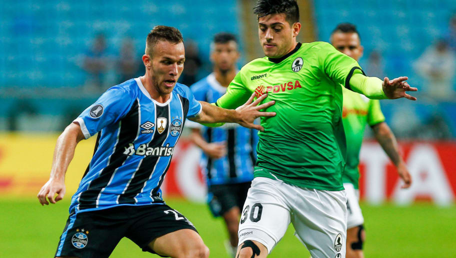 PORTO ALEGRE, BRAZIL - MAY 25: Arthur of Gremio battles for the ball against Ricardo Clarke of Zamora during the match Gremio v Zamora as part of Copa Bridgestone Libertadores 2017, at Arena do Gremio on May 25, 2017, in Porto Alegre, Brazil. (Photo by Lucas Uebel/Getty Images)