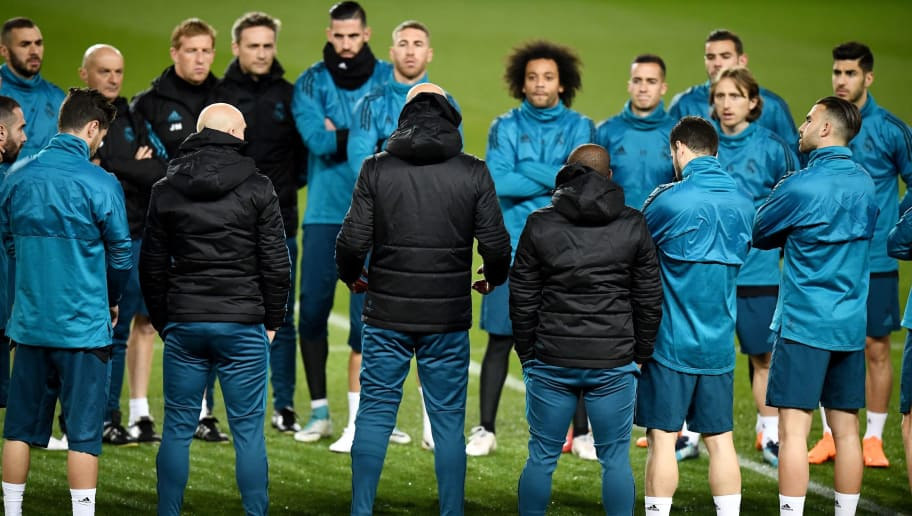 Real Madrid's French coach  Zinedine Zidane (C back) speaks to his players during a training session at the Parc des Princes stadium in Paris on March 5, 2018 on the eve of their Champions' League football match against Paris Saint Germain (PSG). / AFP PHOTO / FRANCK FIFE        (Photo credit should read FRANCK FIFE/AFP/Getty Images)