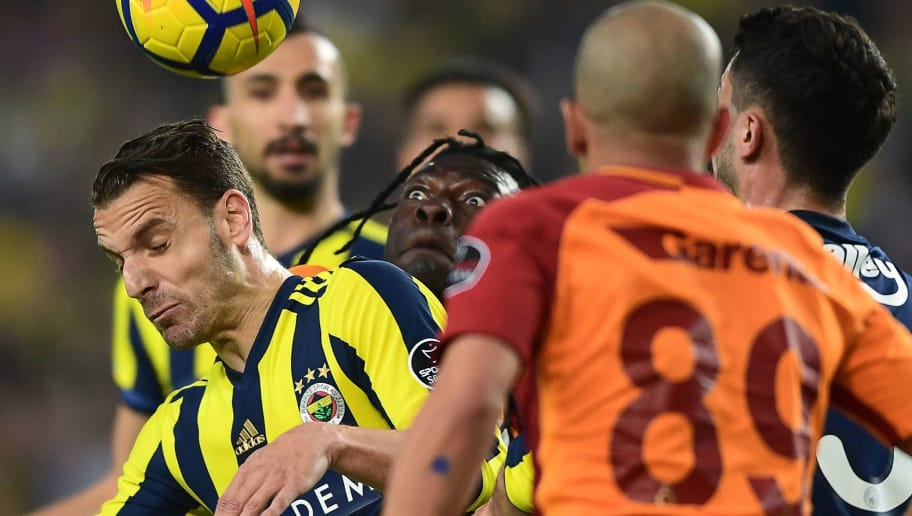 TOPSHOT - Galatasaray's Bafetimbi Gomis (C) vies for the ball with  Fenerbahce's Spanish forward Roberto Solgado (L) during  the Turkish Super Lig football match between Fenerbahce and Galataray on March 17, 2018, at the Fenerbahce Ulker Stadium in Istanbul. / AFP PHOTO / OZAN KOSE        (Photo credit should read OZAN KOSE/AFP/Getty Images)