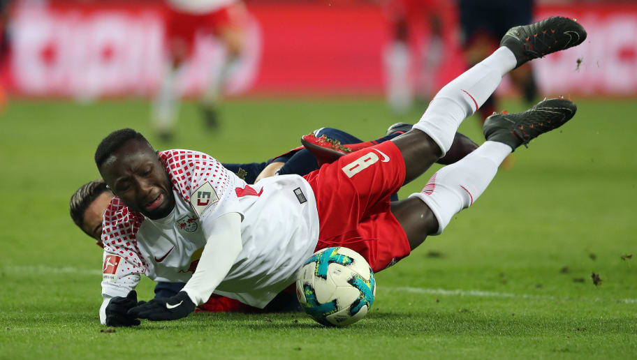 LEIPZIG, GERMANY - MARCH 18: Naby Keita (R) of RB Leipzig vies with James Rodriguez (L) of FC Bayern Muenchen during the Bundesliga match between RB Leipzig and FC Bayern Muenchen at Red Bull Arena on March 18, 2018 in Leipzig, Germany. (Photo by Ronny Hartmann/Bongarts/Getty Images)