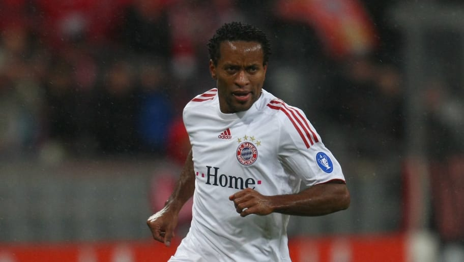 MUNICH, GERMANY - MARCH 10:  Ze Roberto of Muenchen runs with the ball during the UEFA Champions League first knockout round second leg match between FC Bayern Muenchen and Sporting Lisbon at the Allianz Arena on March 10, 2009 in Munich, Germany.  (Photo by Alexander Hassenstein/Bongarts/Getty Images)