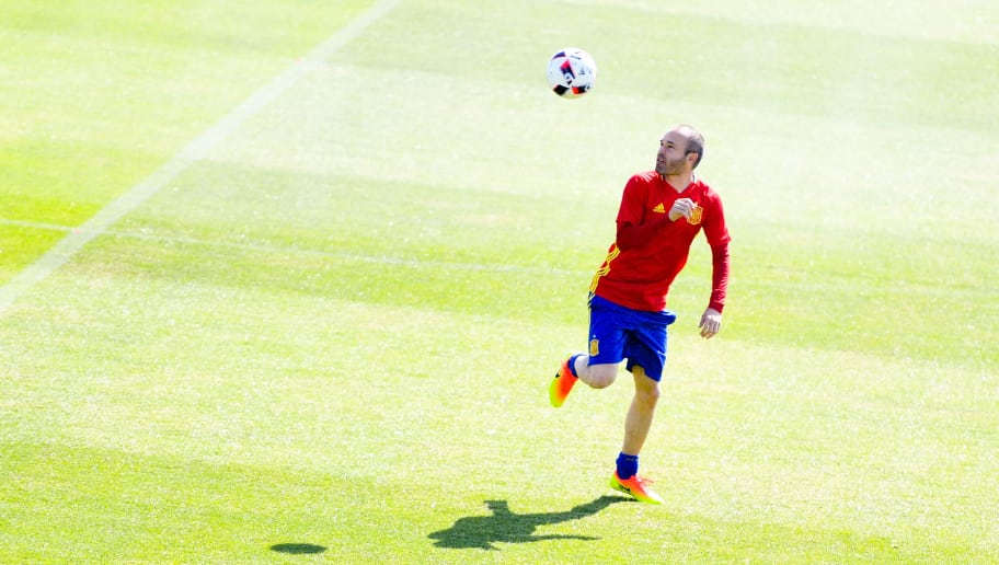 LA ROCHELLE, FRANCE - JUNE 26:  Andres Iniesta of Spain juggles the ball during a training session ahead of their UEFA Euro 2016 round of 16 match against Italy at Complexe Sportif Marcel Gaillard on June 26, 2016 in La Rochelle, France.  (Photo by David Ramos/Getty Images)