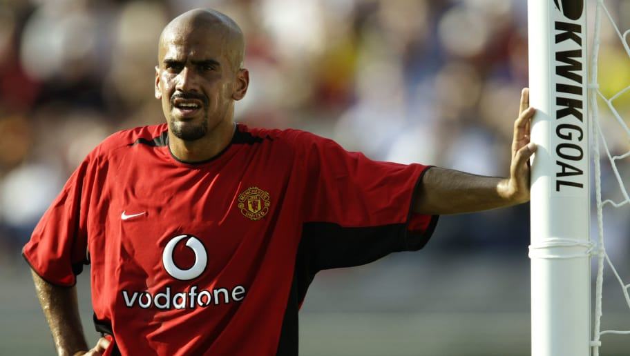 LOS ANGELES - JULY 27:  Juan Sebastian Veron of Manchester United guards the near post during the USA Tour match between Club America and Manchester United held on July 27, 2003 at the Los Angeles Coliseum, in Los Angeles, California. Manchester United won the match 3-1. (Photo by Jeff Gross/Getty Images)