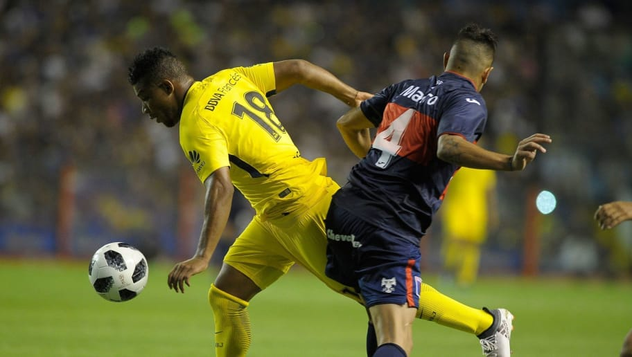 Colombian Boca Juniors's midfielder Wilmar Barrios (L) eludes Tigre's defender Alexis Jorge Niz during their Argentina First Division Superliga football match at the Alberto J. Armando 'La Bombonera' stadium, in Buenos Aires, on March 10, 2018. / AFP PHOTO / JAVIER GONZALEZ TOLEDO        (Photo credit should read JAVIER GONZALEZ TOLEDO/AFP/Getty Images)