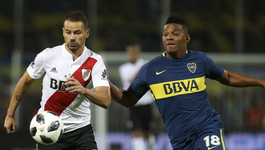 MENDOZA, ARGENTINA - MARCH 14: Rodrigo Mora of River Plate fights for the ball with Frank Fabra of Boca Juniors during the Supercopa Argentina 2018 between River Plate and Boca Juniors at Malvinas Argentinas Stadium on March 14, 2018 in Mendoza, Argentina. (Photo by Agustin Marcarian/Getty Images)