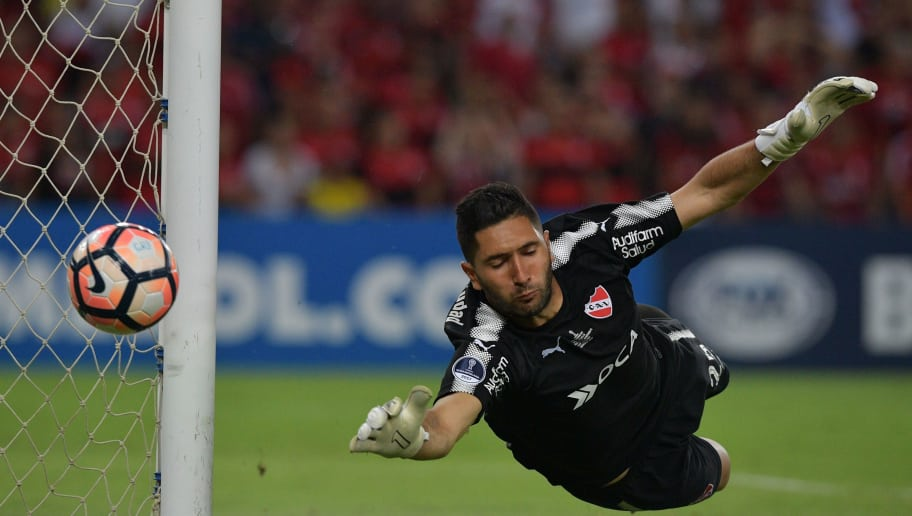 TOPSHOT - Argentina's Independiente goalie Martin Campana dives to stop the ball during their 2017 Sudamericana Cup football final against Brazil's Flamengo at the Maracana stadium in Rio de Janeiro, Brazil, on December 13, 2017.  / AFP PHOTO / Carl DE SOUZA        (Photo credit should read CARL DE SOUZA/AFP/Getty Images)