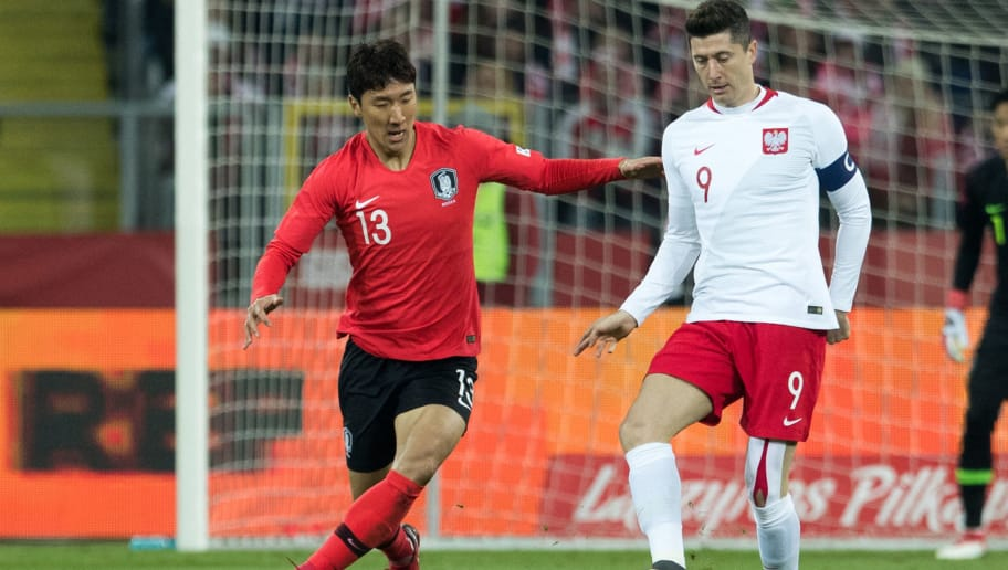 Poland's forward Robert Lewandowski (R) vies for the ball with South Korea's midfielder Jung Woo-young during the international friendly football match between Poland and South Korea at the Silesian Stadium in Chorzow, Poland on March 27, 2018. / AFP PHOTO / ANDRZEJ IWANCZUK        (Photo credit should read ANDRZEJ IWANCZUK/AFP/Getty Images)