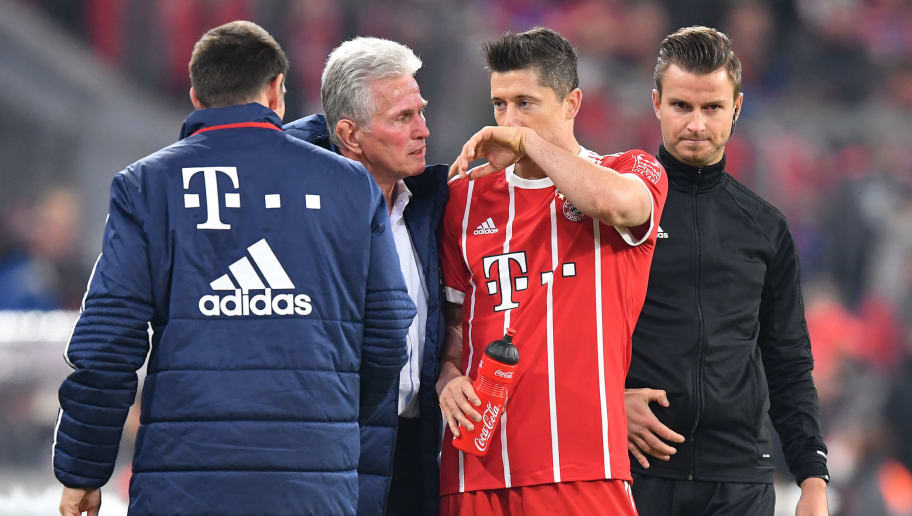 MUNICH, GERMANY - OCTOBER 28: Jupp Heynckes, head coach of Bayern Muechen, (2nd left) speaks with Robert Lewandowski of Bayern Muenchen (2nd right) as he comes of injured during the Bundesliga match between FC Bayern Muenchen and RB Leipzig at Allianz Arena on October 28, 2017 in Munich, Germany. (Photo by Stuart Franklin/Bongarts/Getty Images)