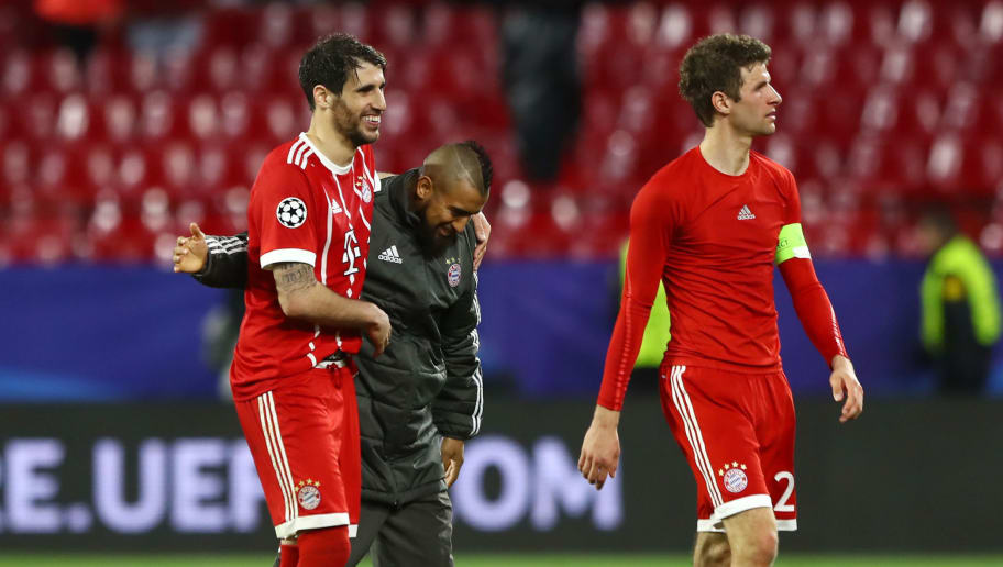 SEVILLE, SPAIN - APRIL 03: Javi Martinez of Bayern Muenchen and Arturo Vidal of Bayern Muenchen celebrate victory after the UEFA Champions League Quarter Final Leg One match between Sevilla FC and Bayern Muenchen at Estadio Ramon Sanchez Pizjuan on April 3, 2018 in Seville, Spain.  (Photo by Martin Rose/Bongarts/Getty Images)