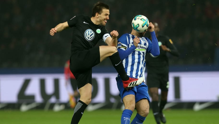 BERLIN, GERMANY - MARCH 31: Vedad Ibisevic (R) of Berlin battles for the ball with Ignacio Camacho of Wolfsburg during the Bundesliga match between Hertha BSC and VFL Wolfsburg at Olympiastadion on March 31, 2018 in Berlin, Germany. (Photo by Matthias Kern/Bongarts/Getty Images)