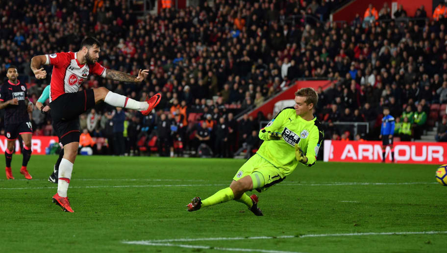 SOUTHAMPTON, ENGLAND - DECEMBER 23: Charlie Austin of Southampton shoots during the Premier League match between Southampton and Huddersfield Town at St Mary's Stadium on December 23, 2017 in Southampton, England.  (Photo by Dan Mullan/Getty Images)