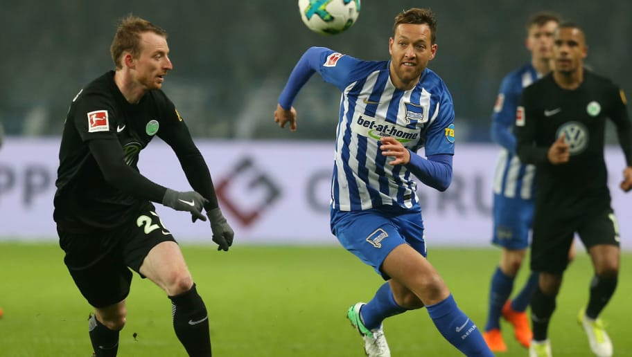 BERLIN, GERMANY - MARCH 31:  Julian Schieber (R) of Berlin battles for the ball with Maximilian Arnold of Wolfsburg during the Bundesliga match between Hertha BSC and VFL Wolfsburg at Olympiastadion on March 31, 2018 in Berlin, Germany. (Photo by Matthias Kern/Bongarts/Getty Images)