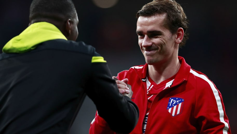 MADRID, SPAIN - APRIL 05: Antoine Griezmann of Atletico de Madrid clashes hands with Sporting CP players prior to start the UEFA Europa League quarter final leg one match between Club Atletico Madrid and Sporting CP at Wanda Metropolitano stadium on April 5, 2018 in Madrid, Spain. (Photo by Gonzalo Arroyo Moreno/Getty Images)