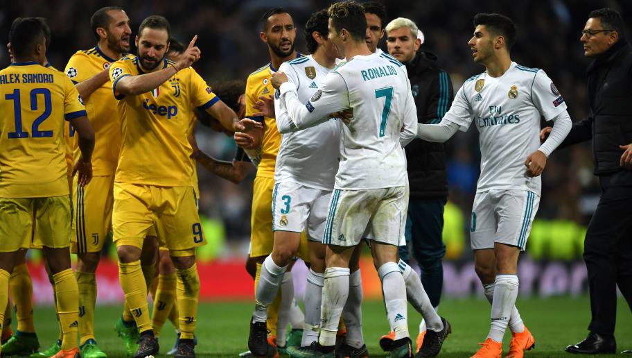 MADRID, SPAIN - APRIL 11:  Gonzalo Higuain of Juventus confronts Cristiano Ronaldo of Real Madrid after Real Madrid are awarded a penalty during the UEFA Champions League Quarter Final Second Leg match between Real Madrid and Juventus at Estadio Santiago Bernabeu on April 11, 2018 in Madrid, Spain.  (Photo by David Ramos/Getty Images)
