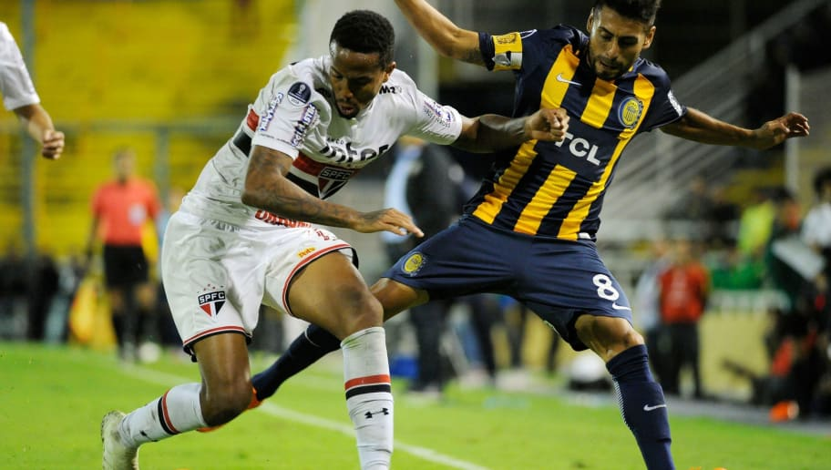 Eder Militao (L)of Brazilian Sao Paulo de Brasil vies for the ball with Federico Carrizo of Argentinian Rosario Central during a Copa Sudamericana 2018 football match at the Gigante de Arroyito stadium in Rosario, Argentina on April 12, 2018. / AFP PHOTO / MARCELO MANERA        (Photo credit should read MARCELO MANERA/AFP/Getty Images)