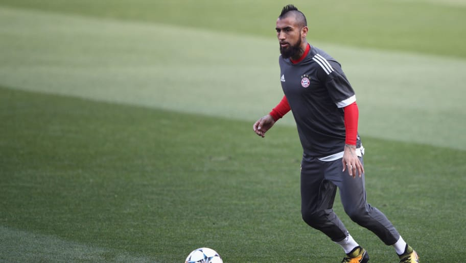 SEVILLE, SPAIN - APRIL 02:  Arturo Vidal of Bayern Muenchen looks to pass during a training session prior to the UEFA Champions League Quarter-Final first leg match against Sevilla at Estadio Ramon Sanchez Pizjuan on April 2, 2018 in Seville, Spain.  (Photo by Adam Pretty/Getty Images)