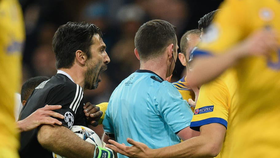 MADRID, SPAIN - APRIL 11: Gianluigi Buffon of Juventus confronts referee Michael Oliver after he awards Real Madrid a penalty during the UEFA Champions League Quarter Final Second Leg match between Real Madrid and Juventus at Estadio Santiago Bernabeu on April 11, 2018 in Madrid, Spain. (Photo by Matthias Hangst/Bongarts/Getty Images)