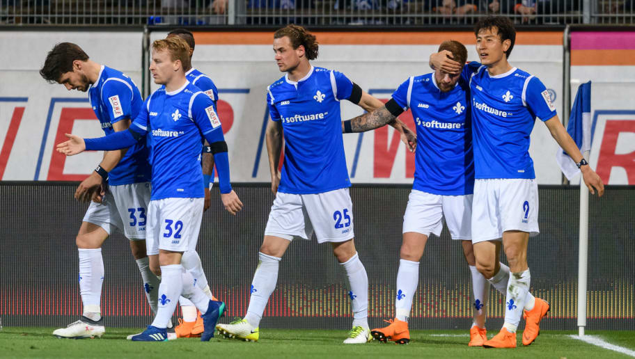 DARMSTADT, GERMANY - APRIL 02: Tobias Kempe of Darmstadt celebrates the first goal for his team with his teammates during the Second Bundesliga match between SV Darmstadt 98 and Fortuna Duesseldorf at Jonathan-Heimes-Stadion am Boellenfalltor on April 2, 2018 in Darmstadt, Germany. (Photo by Alexander Scheuber/Bongarts/Getty Images)