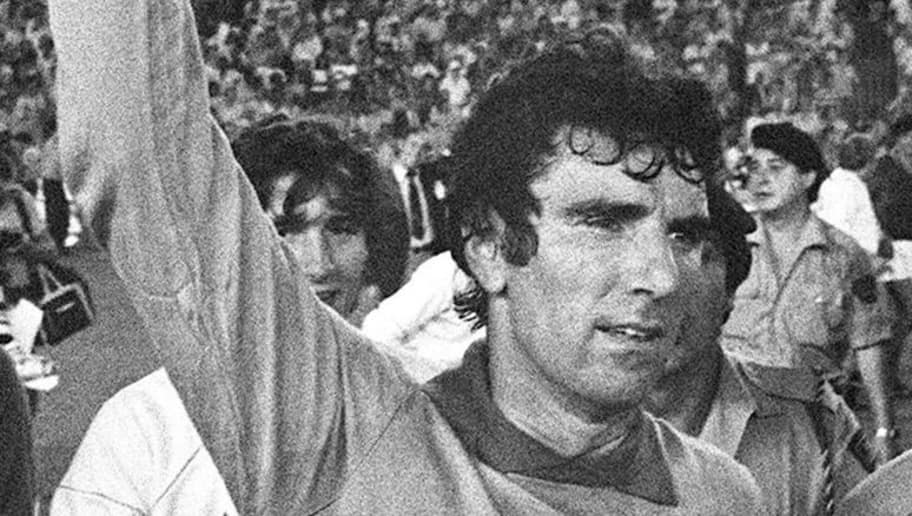 MADRID, SPAIN:  Italian national soccer team captain and goalkeeper Dino Zoff brandishes the FIFA World Cup trophy after Italy defeated West Germany 3-1 in the World Cup final, 11 July 1982 at the Santiago Bernabeu stadium in Madrid. (Photo credit should read ROBERT DELVAC/AFP/Getty Images)