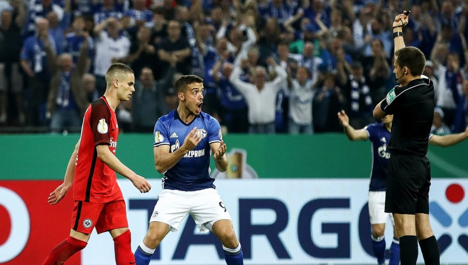 GELSENKIRCHEN, GERMANY - APRIL 18: Franco di Santo (C) of Schalke reacts to referee Robert Hartmann after he plays the ball with the hand during the Bundesliga match between FC Schalke 04 and Eintracht Frankfurt at Veltins-Arena on April 18, 2018 in Gelsenkirchen, Germany.  (Photo by Maja Hitij/Bongarts/Getty Images)