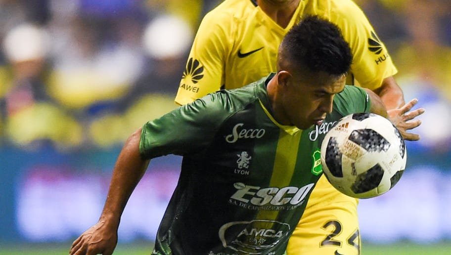 BUENOS AIRES, ARGENTINA - APRIL 07: Julio Buffarini of Boca Juniors  fights for the ball with Nicolas Fernandez of Defensa y Justicia during a match between Boca Juniors and Defensa y Justicia as part of Argentine Superliga 2017/18 at Alberto J. Armando Stadium on April 7, 2018 in Buenos Aires, Argentina. (Photo by Marcelo Endelli/Getty Images)