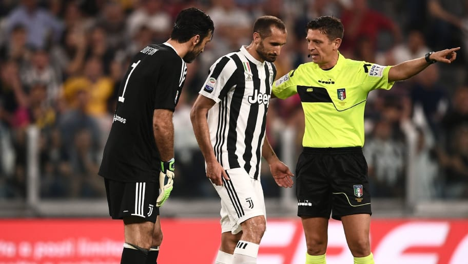 Juventus' Italian defender Giorgio Chiellini (C) leaves the pitch after injury during the Italian Serie A football match Juventus versus Napoli on April 22, 2018 at the Allianz Stadium in Turin. (Photo by MARCO BERTORELLO / AFP)        (Photo credit should read MARCO BERTORELLO/AFP/Getty Images)