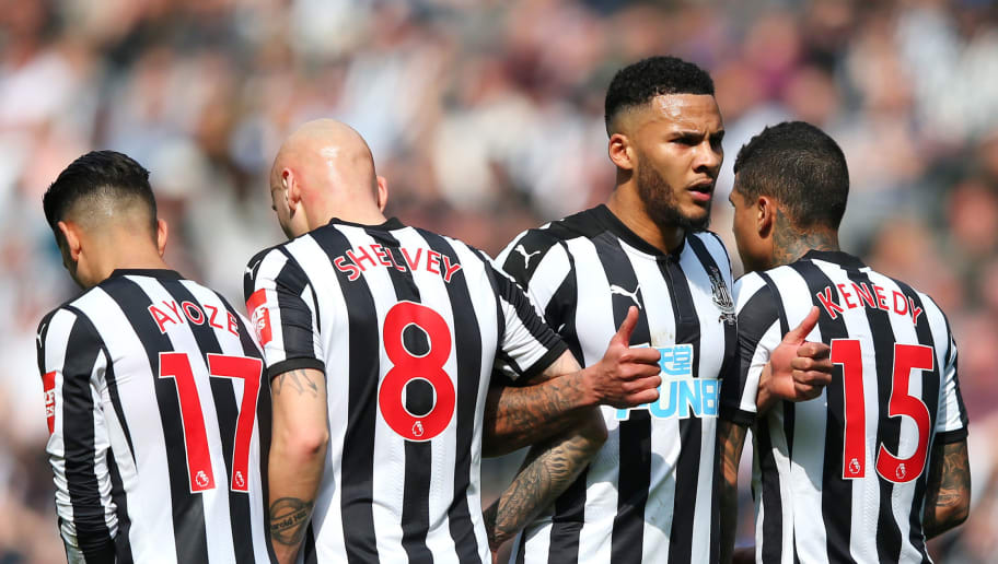 NEWCASTLE UPON TYNE, ENGLAND - APRIL 15: Jamaal Lascelles of Newcastle United organises his teams wall for a freekick during the Premier League match between Newcastle United and Arsenal at St. James Park on April 15, 2018 in Newcastle upon Tyne, England.  (Photo by Alex Livesey/Getty Images)