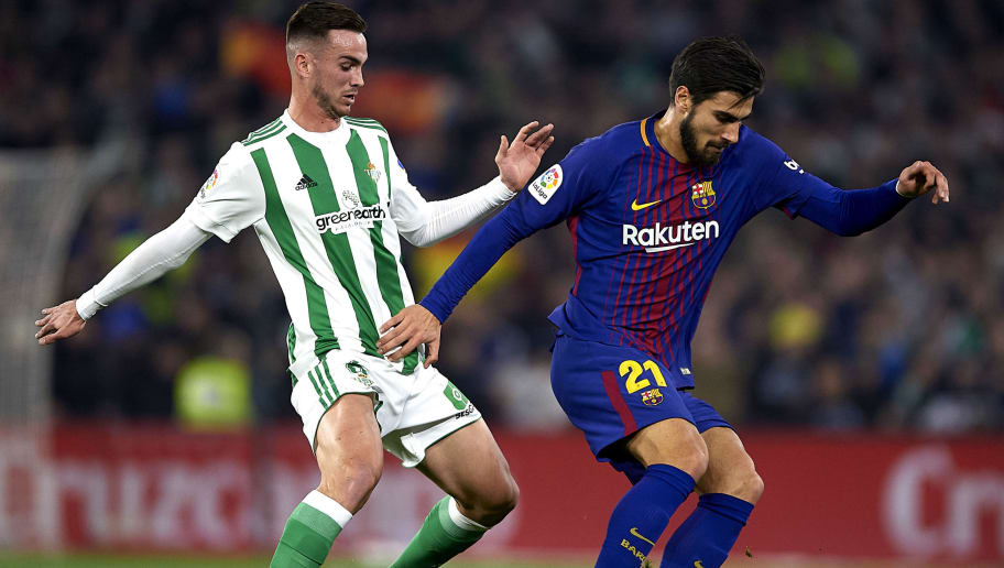 SEVILLE, SPAIN - JANUARY 21:  Andre Gomes of FC Barcelona  (R) being followed by Fabian Ruiz of Real Betis Balompie (L) during the La Liga match between Real Betis and Barcelona at Estadio Benito Villamarin on January 21, 2018 in Seville, .  (Photo by Aitor Alcalde/Getty Images)