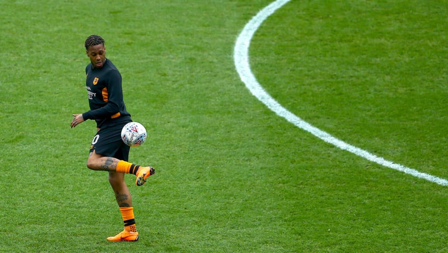 HULL, ENGLAND - APRIL 07: Abel Hernandez of Hull City controls the ball whilst warming up during the Sky Bet Championship match between Hull City and Queens Park Rangers at KCOM Stadium on April 7, 2018 in Hull, England. (Photo by Ashley Allen/Getty Images)