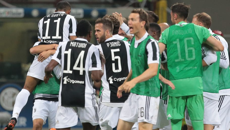 MILAN, ITALY - APRIL 28:  Douglas Costa (L) of Juventus FC celebrates with his team-mates after scoring the opening goal during the serie A match between FC Internazionale and Juventus at Stadio Giuseppe Meazza on April 28, 2018 in Milan, Italy.  (Photo by Emilio Andreoli/Getty Images)