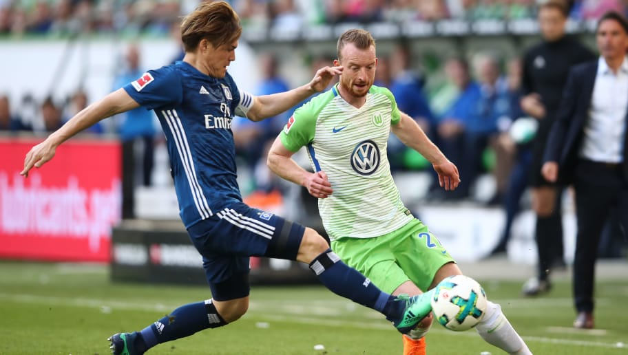 WOLFSBURG, GERMANY - APRIL 28:  Gotoku Sakai (L) of Hamburg and Maximilian Arnold (R) of Wolfsburg compete for the ball during the Bundesliga match between VfL Wolfsburg and Hamburger SV at Volkswagen Arena on April 28, 2018 in Wolfsburg, Germany.  (Photo by Oliver Hardt/Bongarts/Getty Images)