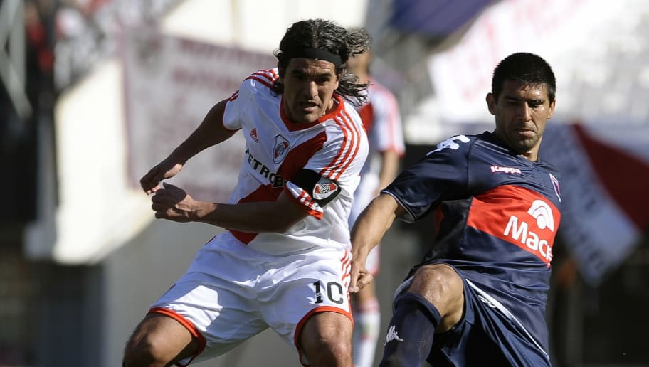 River Plate's Ariel Ortega (L) vies for the ball with Diego Castano of Tigre, during their Argentina first division football match, in Buenos Aires, on August 8, 2010.            AFP PHOTO/Alejandro PAGNI (Photo credit should read ALEJANDRO PAGNI/AFP/Getty Images)