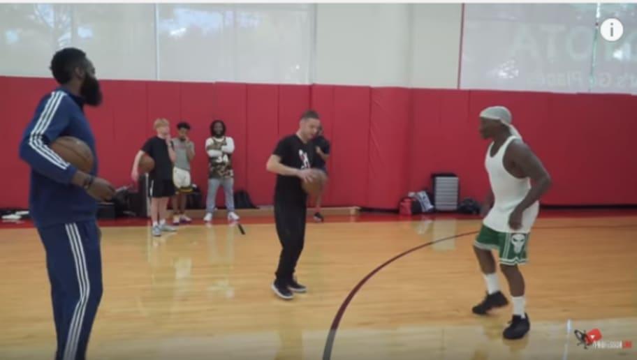 球感太好了!街球高手教背後擊地穿襠過人  哈登學了兩分鐘就會了(影)-Haters-黑特籃球NBA新聞影音圖片分享社區
