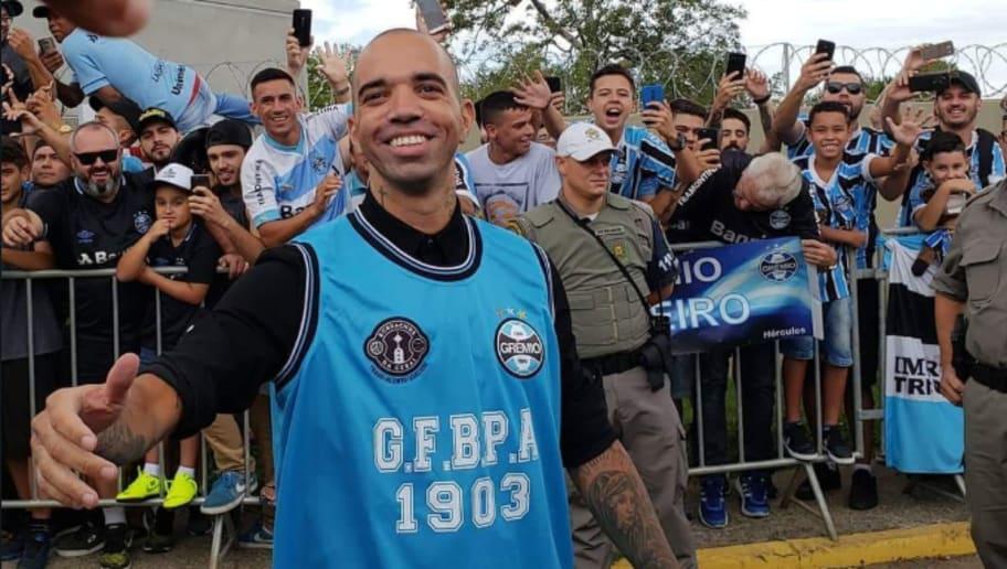 Reforço de peso! Diego Tardelli chega a Porto Alegre com recepção ... 9c8ebf419a8b4