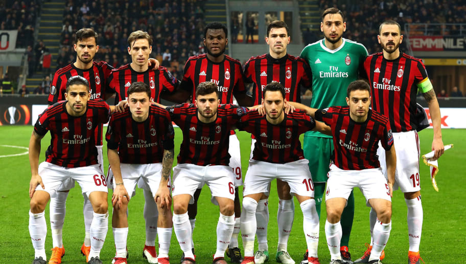 MILAN, ITALY - MARCH 08:  AC Milan team line up before UEFA Europa League Round of 16 match between AC Milan and Arsenal at the San Siro on March 8, 2018 in Milan, Italy.  (Photo by Marco Luzzani/Getty Images)