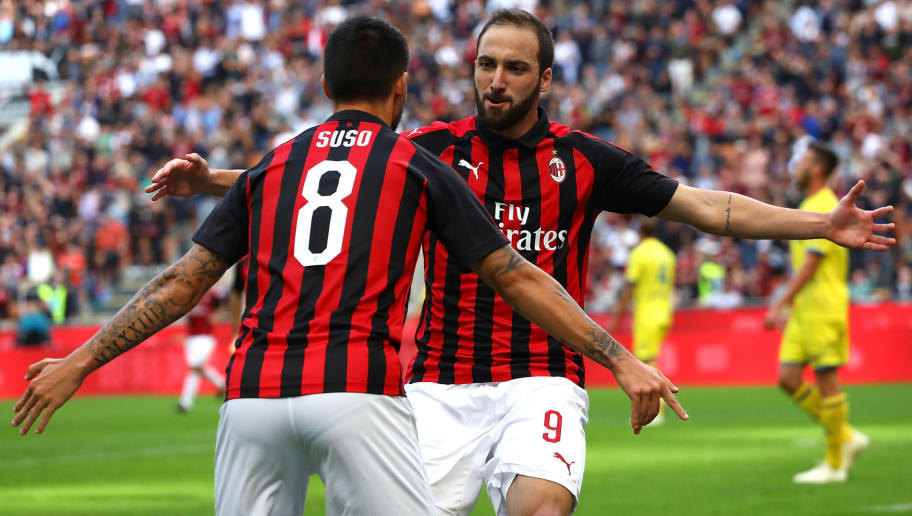 MILAN, ITALY - OCTOBER 07:  Gonzalo Higuain (R) of AC Milan celebrates with his team-mate Fernandez Suso (L) after scoring the opening goal during the Serie A match between AC Milan and Chievo Verona at Stadio Giuseppe Meazza on October 7, 2018 in Milan, Italy.  (Photo by Marco Luzzani/Getty Images)