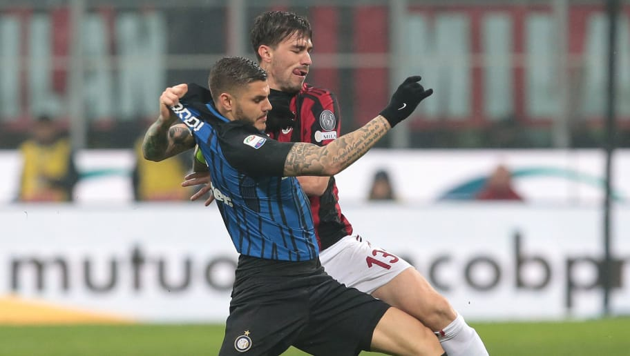 MILAN, ITALY - APRIL 04:  Mauro Emanuel Icardi (front) of FC Internazionale Milano competes for the ball with Alessio Romagnoli of AC Milan during the serie A match between AC Milan and FC Internazionale at Stadio Giuseppe Meazza on April 4, 2018 in Milan, Italy.  (Photo by Emilio Andreoli/Getty Images)