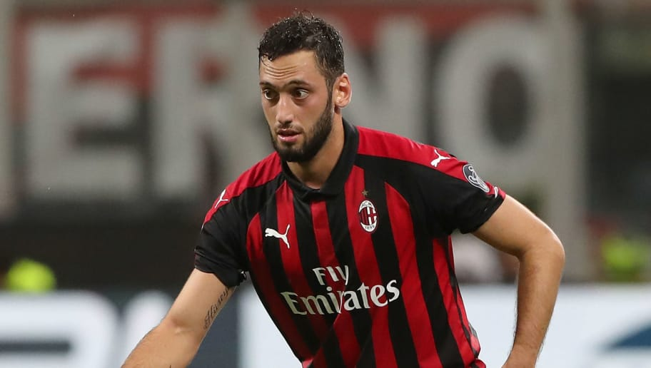 MILAN, ITALY - OCTOBER 31:  Hakan Calhanoglu of AC Milan in action during the serie A match between AC Milan and Genoa CFC at Stadio Giuseppe Meazza on October 31, 2018 in Milan, Italy.  (Photo by Marco Luzzani/Getty Images)
