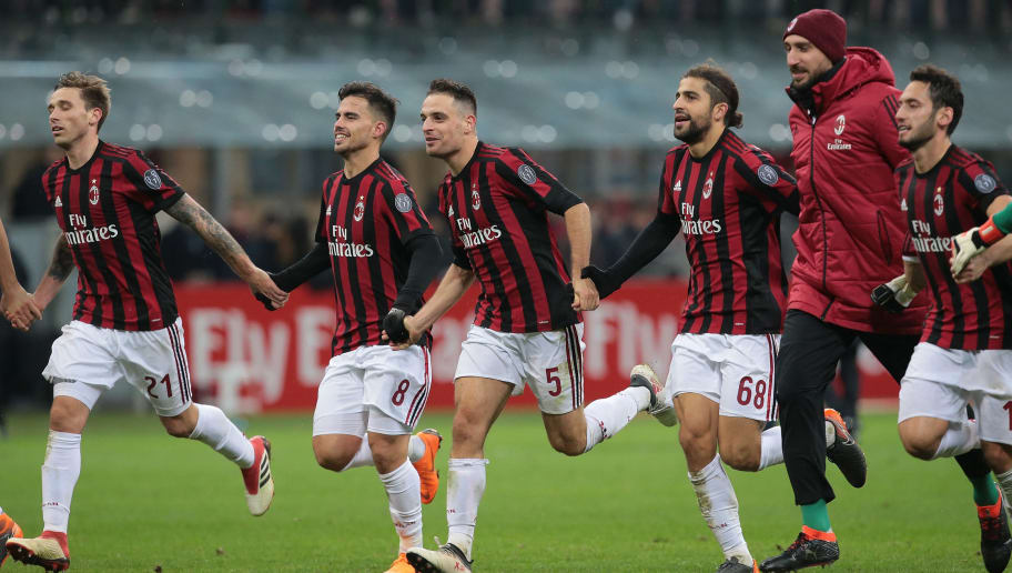 MILAN, ITALY - FEBRUARY 18:  Giacomo Bonaventura (C) of AC Milan celebrates the victory with his team- mates at the end of the serie A match between AC Milan and UC Sampdoria at Stadio Giuseppe Meazza on February 18, 2018 in Milan, Italy.  (Photo by Emilio Andreoli/Getty Images)