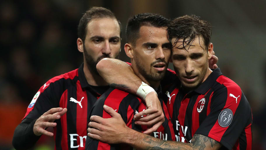 MILAN, ITALY - OCTOBER 28:  Fernandez Suso (L) of AC Milan celebrates his goal with his team-mate Lucas Biglia (R) during the Serie A match between AC Milan and UC Sampdoria at Stadio Giuseppe Meazza on October 28, 2018 in Milan, Italy.  (Photo by Marco Luzzani/Getty Images)