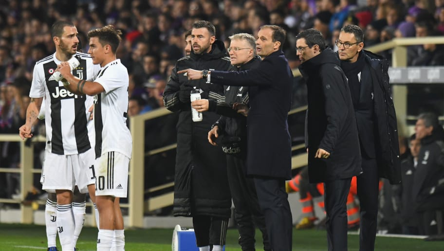 FLORENCE, ITALY - DECEMBER 01: Massimiliano Allegri head coach of Juventus issues instructions to his players during the Serie A match between ACF Fiorentina and Juventus at Stadio Artemio Franchi on December 1, 2018 in Florence, Italy.  (Photo by Alessandro Sabattini/Getty Images)